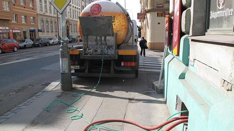 Camion che scarica la birra