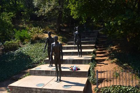 praga-memoriale-vittime-comunismo-statue